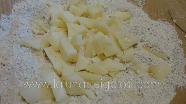 Muffin yogurt e spinaci: setaccia la farina e aggiungi la scamorza