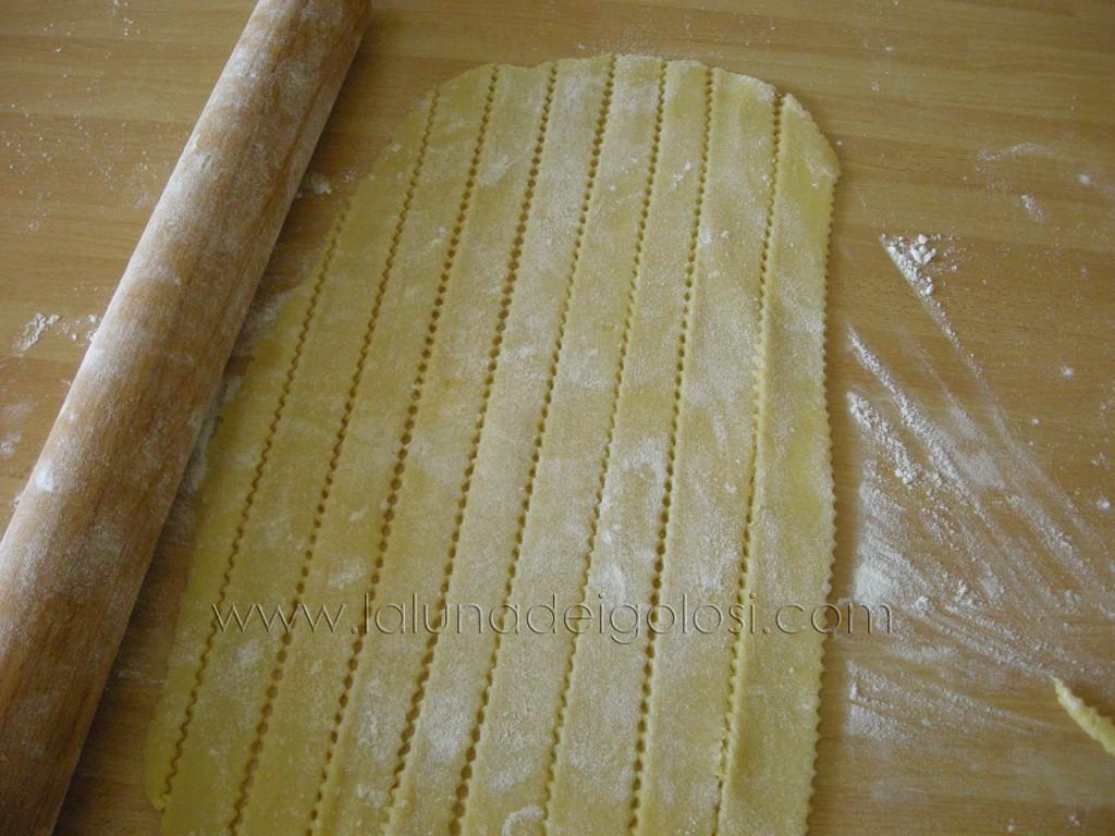 la pastiera napoletana: taglia delle strisce di pasta frolla per decorare