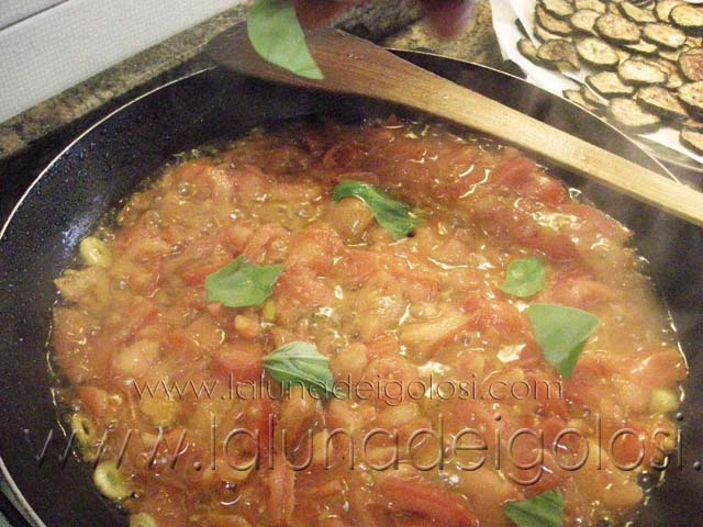 Echa los tomates picados y luego los calabacines fritos