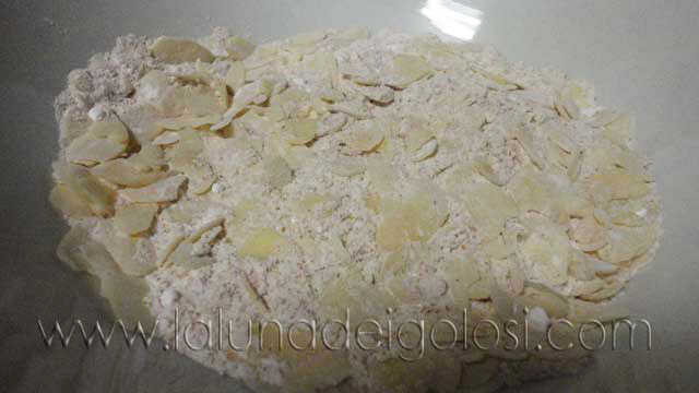 setaccia la farina e aggiungi le mandorle