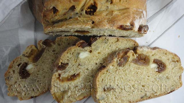 Pane con fichi e mandorle, che profumo di buono!
