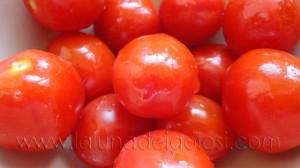 Pomodorini croccantini al profumo di noci e arancia: taglia i pomodorini a metà