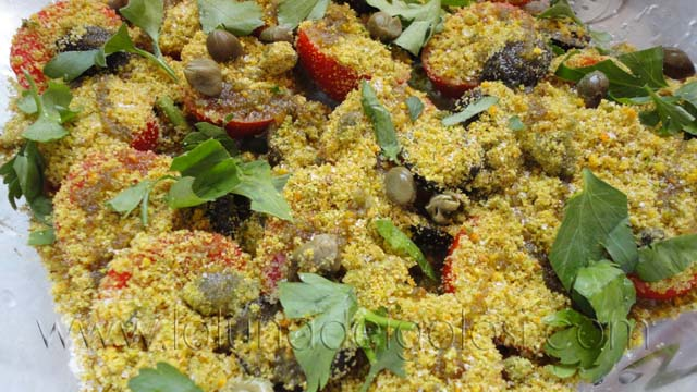 Pomodorini croccantini al profumo di noci e arancia: condisci con olio, sale, pepe, prezzemolo e capperi