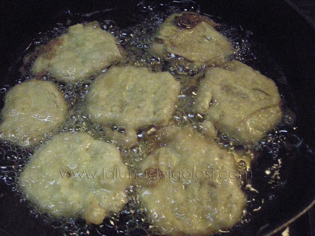 Echa las alcachofas en el aceite bien caliente
