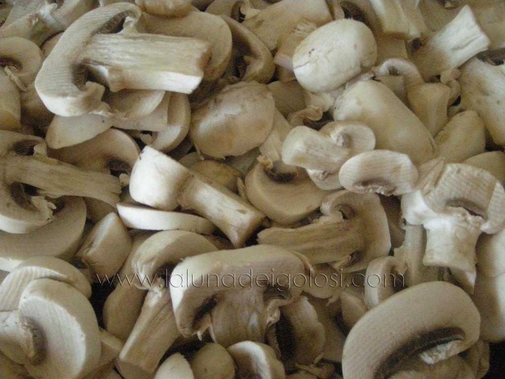 risotto ai funghi: taglia i funghi