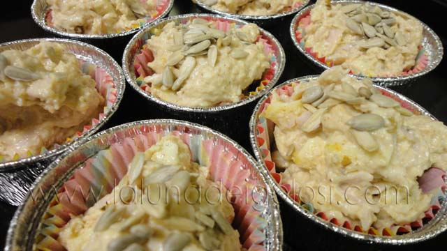 muffin con queso, jamon y nueces: llena las dos terceras partes de los moldecitos