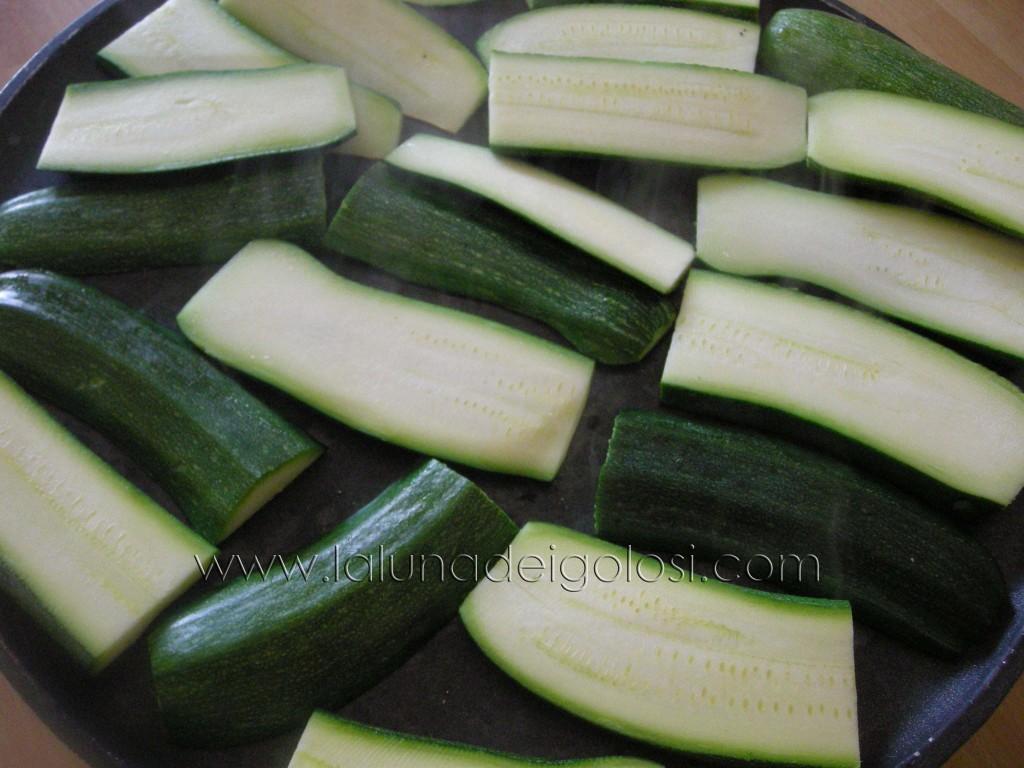 metti le zucchine tagliate sulla piastra bollente