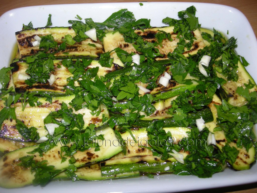 condiscile con aglio, prezzemolo, sale, aceto