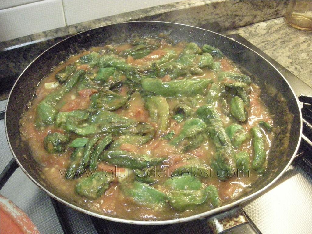 metti i peperoni nella salsa di pomodoro