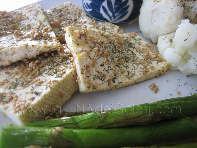 Tofu croccante al sesamo: servilo con verdure saltate e salsa di soia