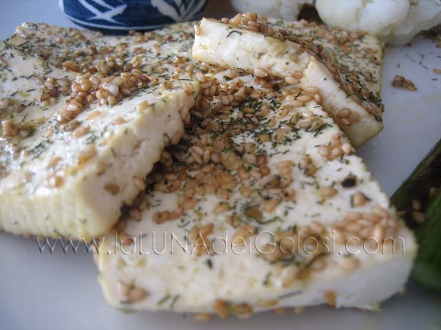 Tofu crujiente al sésamo con verduras salteadas y salsa di soja