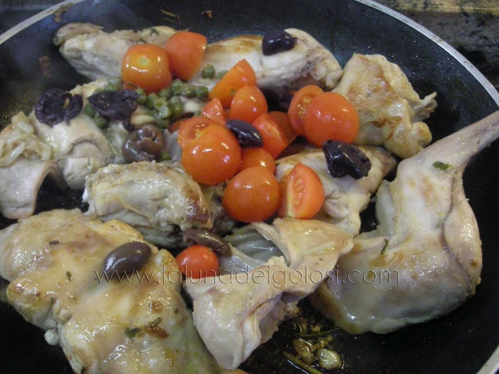 metti  sale, olive, capperi e pomodorini