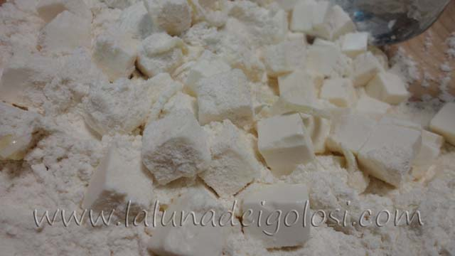 muffin salati con salmone e formaggio: infarina il formaggio