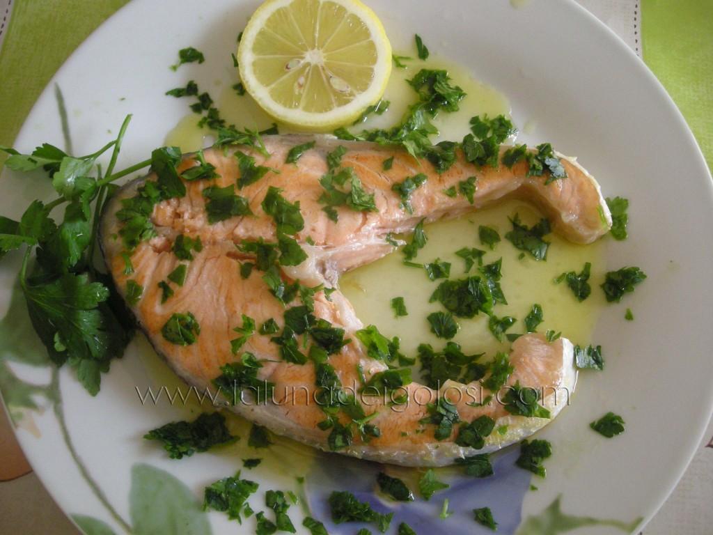 decora con prezzemolo tritato e il salmone è pronto!