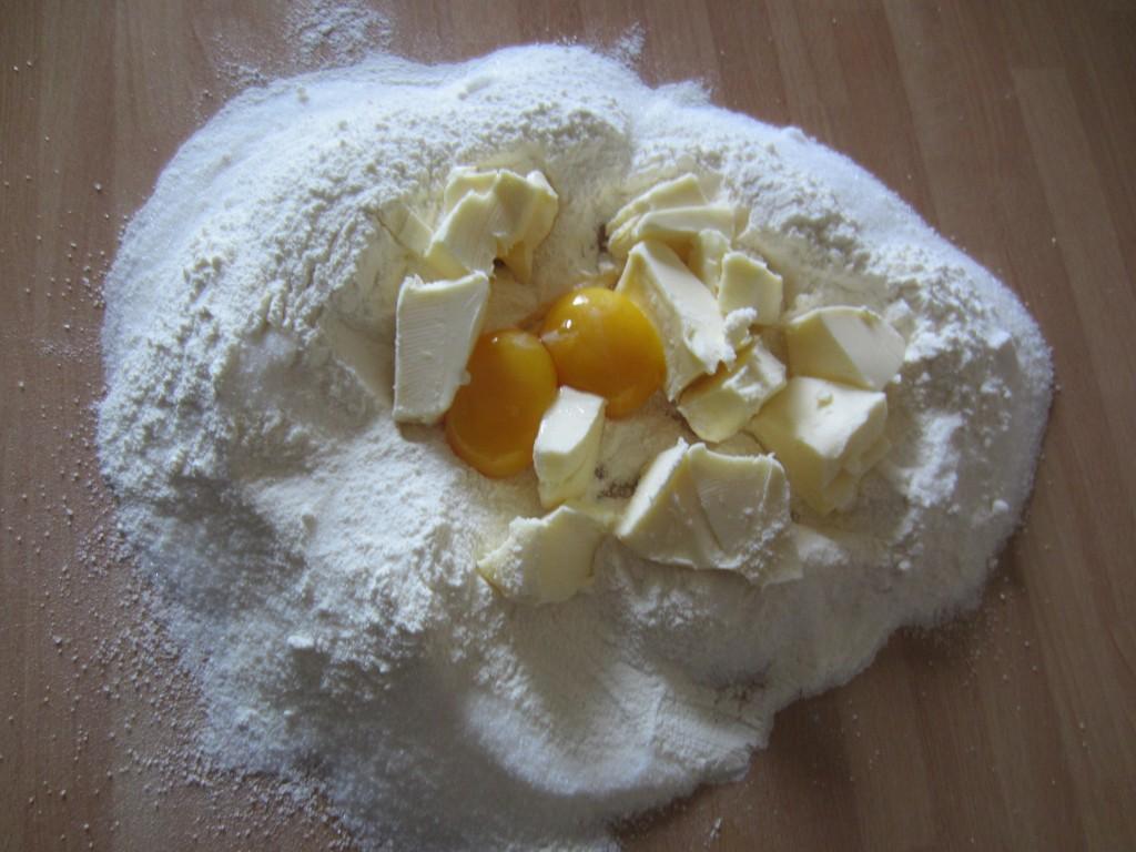Crostata di Fragole: impastare farina, zucchero, burro e tuorli
