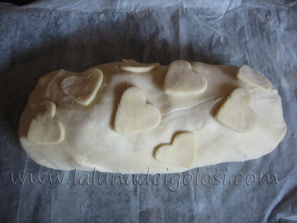 Strudel salato al prosciutto, formaggio e funghi: Alla fine, ripiega la pasta che spunta dai lati sotto lo strudel