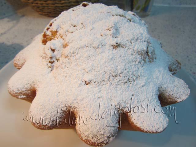 Ciambella con aranciata: Fai raffreddare il dolce e poi spolverizza con zucchero a velo