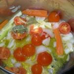scalda l'olio d'oliva extravergine , aggiungi la cipolla a fette, la carota, il sedano, l'alloro