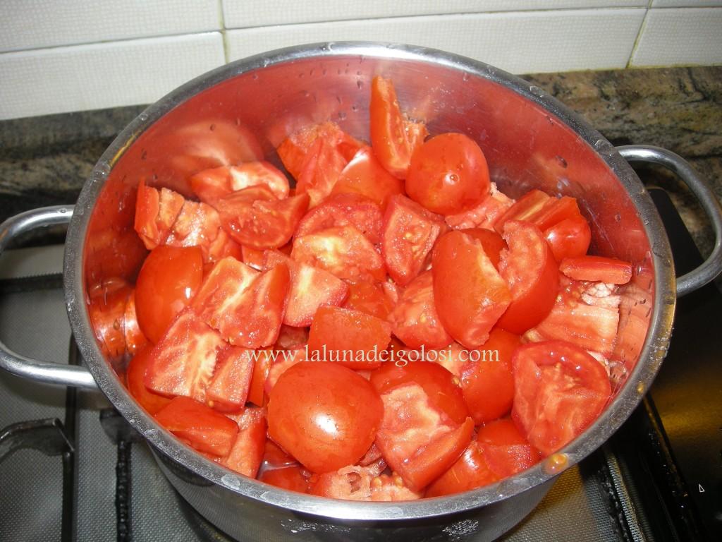 sugo alla bolognese: taglia i pomodori