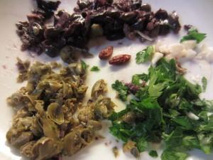 spezzetta le olive, i capperi, l'aglio , il prezzemolo e il peperoncino