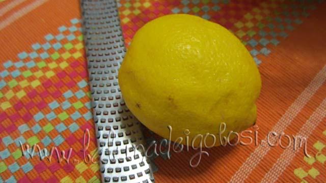 la buccia di limone grattugiata...