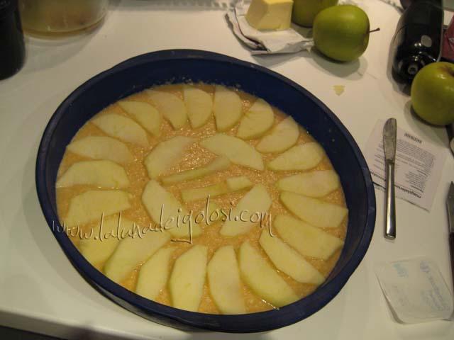 cortamos las manzanas que habíamos reservado al principio en lonchas finas y las vamos disponiendo de forma decorativa sobre la masa. Metemos en el horno precalentado a 180ºC y horneamos durante unos 45-50 minutos.