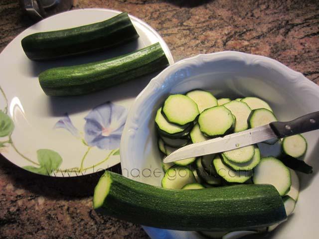 lava e spunta le zucchine, tagliale a rondelle e se puoi, mettile al sole ad asciugare