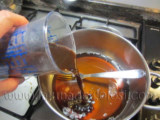 prepara il caffè ristretto versalo nello sciroppo di zucchero e aspetta che si raffreddi