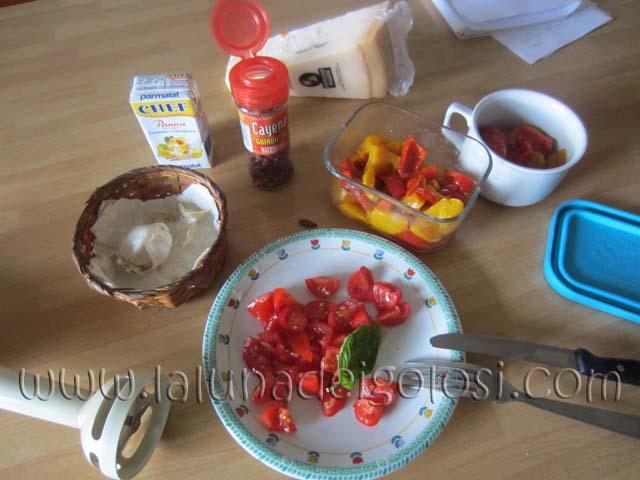 prepara la panna, il peperoncino, taglia i pomodori
