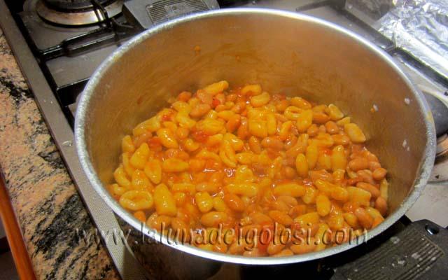versa il sugo sulla pasta e accendi il gas per un paio di minuti