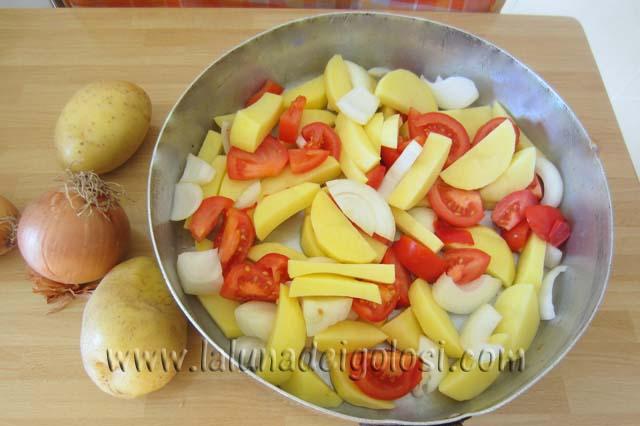 metti l'olio evo sul fondo del tegame , le patate,le cipolle e i pomodori tagliati a pezzi