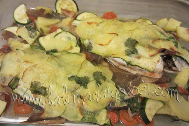 Togli il pesce dal forno e con i rebbi di una forchetta verificane la cottura