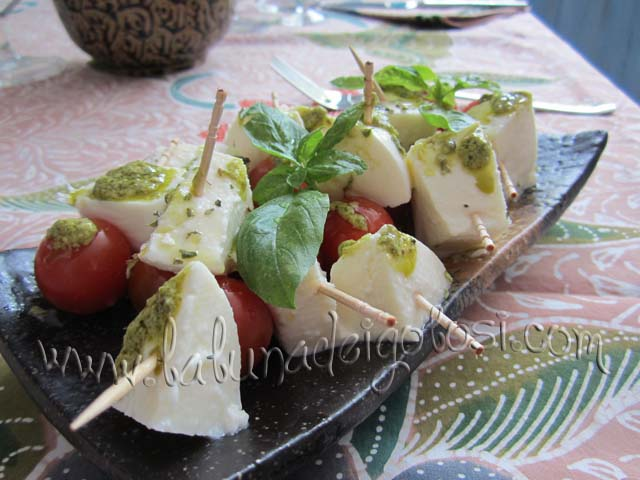 Decora con foglie di basilico