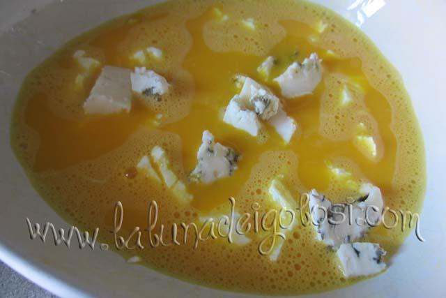 Sbatti le uova con un pizzico di sale, unisci il gorgonzola a pezzi