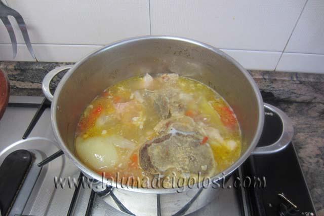 lascia cuocere ancora il brodo con la carne