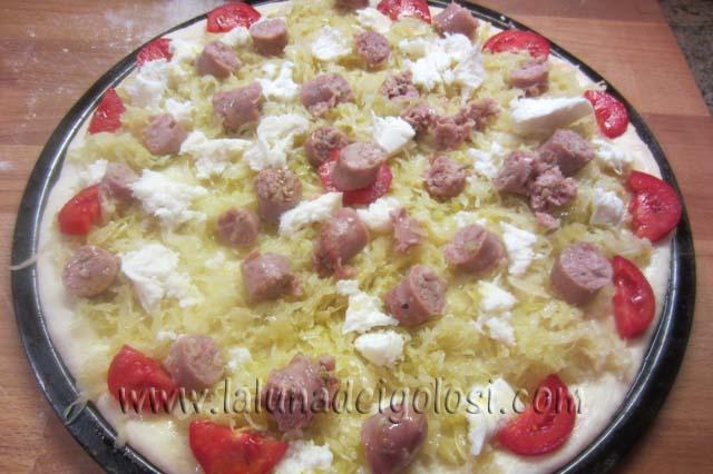 condisci la pizza con olio, crauti,mozzarella e salsiccia, e guarniscila con un pomodoro e infornala