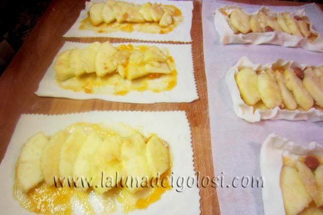 distribuisci le fettine di mela sui rettangolini di pasta