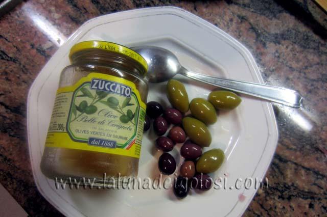 aggiungi le olive verdi e quelle nere