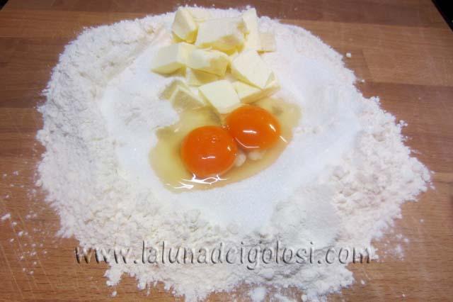 mescola il lievito con la farina e impasta  tutti gli ingredienti insieme