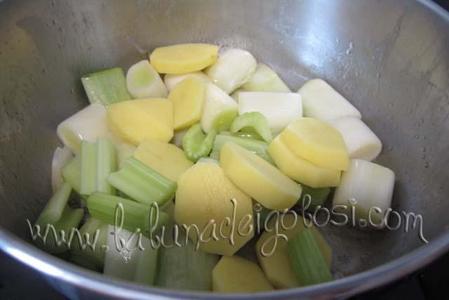 aggiungi le patate e il sedano