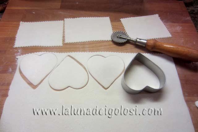 stendi il rotolo di pasta sfoglia e taglialo in tanti rettangoli 4x5