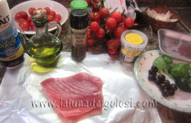 filetto di tonno con olive, capperi, olio, sale, prezzemolo, basilico, aneto, pomodorini, aglio