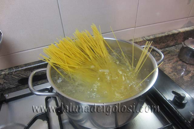 mentre la pasta cuoce prepara il condimento