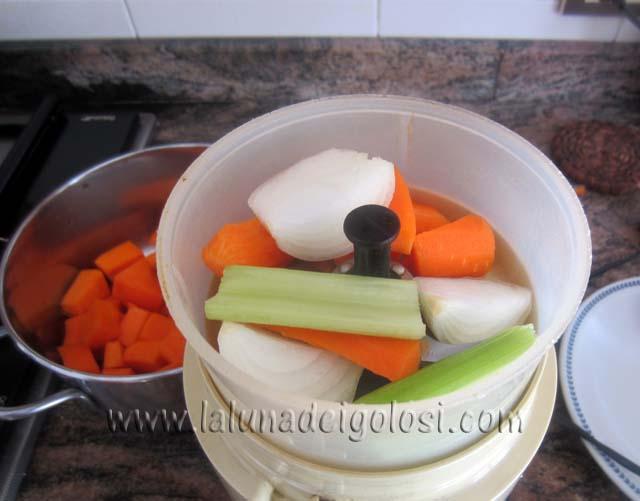 trita una costa di sedano, 1 cipolla piccola e mezza carota