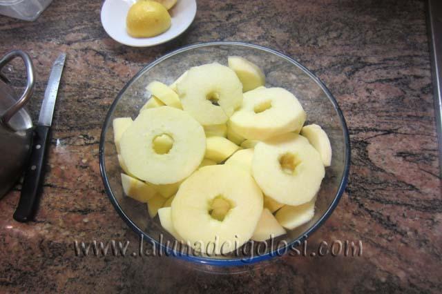 intanto affetta le mele a ciambellina o a pezzetti e ungile con succo di limone