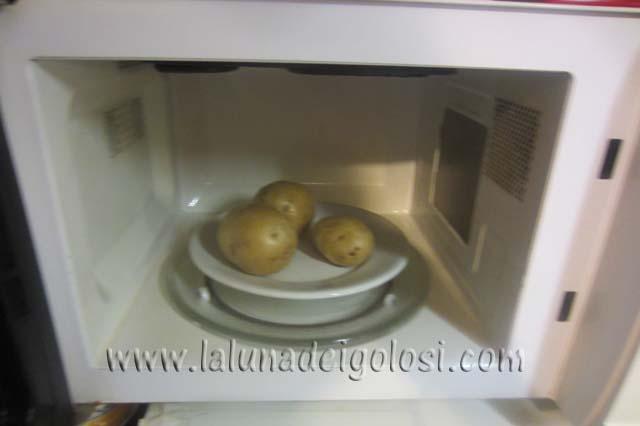 buca le patate con una forchetta e cuocile nel microonde