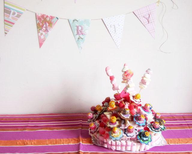 torta di caramelle finita con bandierine_blog
