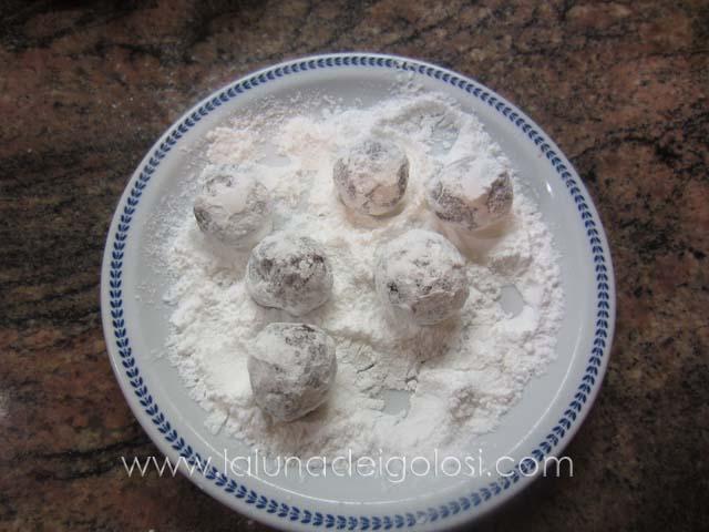 rotola le palline nello zucchero a velo