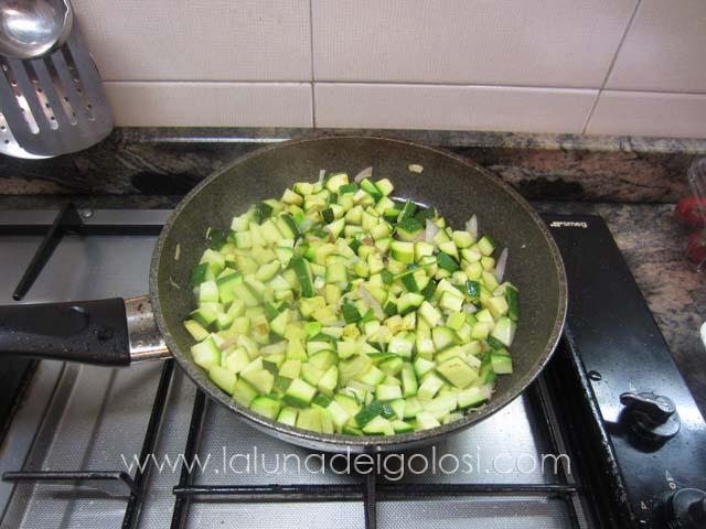 aggiungi le zucchine e lasciale cuocere 10'/15' minuti