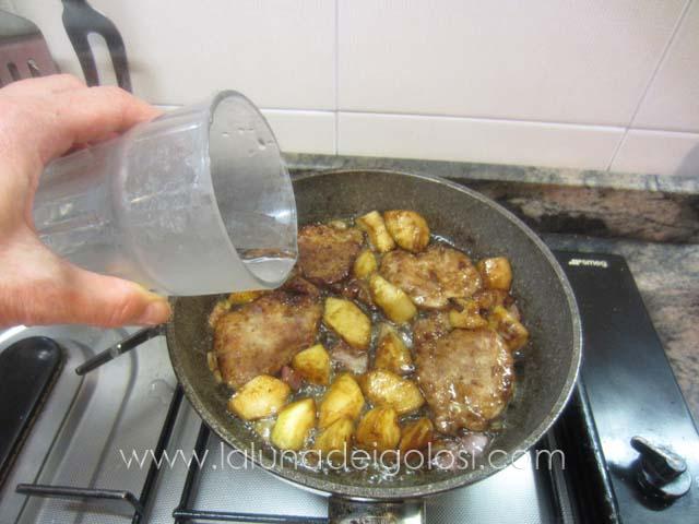 diluisci con due dita d'acqua, copri il tegame e porta a cottura